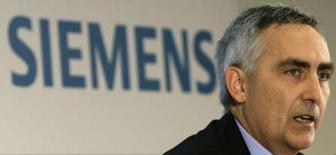 <p>Peter Loescher, président du directoire de Siemens. Selon l'hebdomadaire Euro am Sonntag, qui cite des sources informées non identifiées, le groupe allemand a l'intention de céder à son partenaire japonais Fujitsu ses parts du capital de leur coentreprise informatique Fujitsu Siemens Computers. /Photo prise le 8 juillet 2008/REUTERS/Michaela Rehle</p>