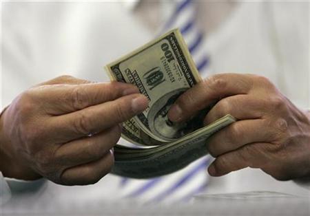 An employee of Korea Exchange Bank counts 100-dollar bills at the bank's headquarters in Seoul September 3, 2008. REUTERS/Jo Yong-Hak