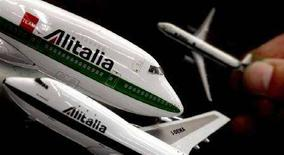 <p>Modellini di aerei Alitalia. REUTERS/Alessandro Bianchi AB/DBP</p>