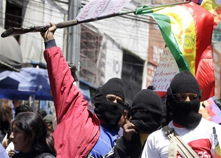 Armed supporters of Bolivia's President Evo Morales protest near San Pedro penitentiary in La Paz September 22, 2008, demanding prison sentence for opposition Pando province governor Leopoldo Fernandez. REUTERS/Gaston Brito