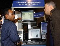 <p>Immagine d'archivio di una expo di Linux a New York nel 2003. REUTERS/Chip East CME</p>