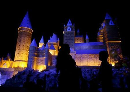 An Indian woman and her son watch a marquee in the shape of Hogwarts castle from the Harry Potter series, in Kolkata October 16, 2007. REUTERS/Jayanta Shaw