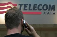 <p>Un uomo al telefonodavanti alla sede Telecom di Roma. REUTERS/Dario Pignatelli (ITALY)</p>