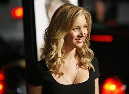 Cast member Lisa Kudrow poses at the premiere of ''P.S. I Love You'' at the Grauman's Chinese theatre in Hollywood, California, December 9, 2007. REUTERS/Mario Anzuoni
