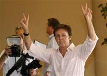 <p>Paul McCartney chegou a Israel nesta quarta-feira para uma apresentação histórica e faz o sinal de paz e amor com os dedos para os fãs que o seguiam pedindo autógrafos. REUTERS/Gil Cohen Magen</p>