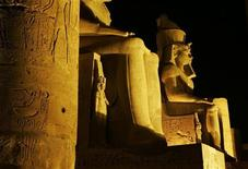 <p>El Templo de Luxor iluminado por la noche , 3 nov 2007. (ARCHIVO) REUTERS/Nasser Nuri(EGYPT)</p>