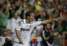 <p>O atacante do Real Madrid Rafael Van der Vaart comemora gol do Sporting Gijon pelo Campeonato Espanhol. REUTERS/Juan Medina ( SPAIN )</p>