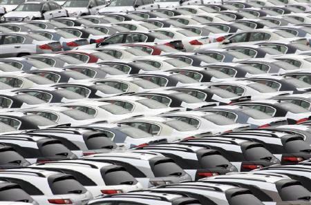9月25日、8月貿易収支は3240億円の赤字。写真は輸出のため船積みを待つ車。昨年5月、神奈川県で(2008年 ロイター/Kim Kyung-Hoon)