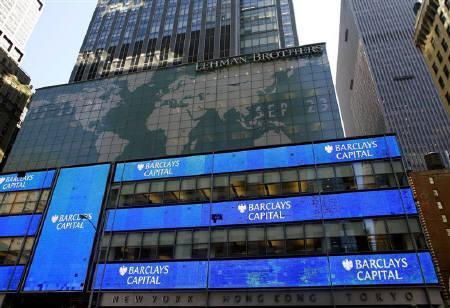 9月24日、S&Pはリーマンの高格付け維持への批判に反論。写真はニューヨークの旧リーマン本社ビル。23日撮影(2008年 ロイター/Eric Thayer)