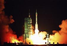 <p>El cohete Long-March II-F que lleva a la nave espacial china Shenzhou VII, despega desde el centro de lanzamiento Jiuquan, 25 sep 2008. REUTERS/Stringer (CHINA). CHINA OUT. NO COMMERCIAL OR EDITORIAL SALES IN CHINA.</p>