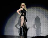 """<p>La cantante estadounidenseMadonna se presenta sobre el escenario durante su gira """"Sticky and Sweet"""" en Viena, 23 sep 2008. REUTERS/Leonhard Foeger (AUSTRIA)</p>"""