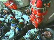 <p>Un fotogramma di un video che riprende gli astronauti cinesi all'interno della Shenzhou VII alla partenza dell'astronave dal centro spaziale di Jiuquan, nella provincia di Gansu. REUTERS/CCTV via Reuters TV (CHINA). CHINA OUT. NO COMMERCIAL OR EDITORIAL SALES IN CHINA.</p>