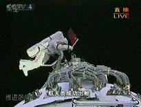 <p>L'astronauta cinese Zhai Zhigang compie la sua storica passeggiata nello spazio.. REUTERS/CCTV via Reuters TV.</p>