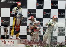 <p>Da esquerda para direita, Fernando Alonso, da Renault, Lewis Hamilton, da McLaren, e Nico, Rosberg, da Williams, comemoram no pódio do Grande Prêmio de Cingapura, neste domingo. REUTERS/Bazuki Muhammad</p>