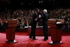 <p>Foto de archivo del debate entre los candidatos presidenciales estadounidenses el demócrata, Barack Obama, (izquierda en la imagen), y el republicano, John McCain, en la Universidad de Misisipi, EEUU, 26 sep 2008. REUTERS/Chip Somodevilla/Pool</p>
