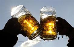 <p>Un brindisi a base di birra REUTERS/Kai Pfaffenbach</p>