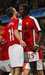 <p>Emmanuel Adebayor, do Arsenal, comemora o gol contra o Porto com Van Persie REUTERS/ Eddie Keogh (BRITAIN)</p>