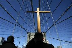 <p>Christians cross the Brooklyn Bridge as they take part in the Good Friday Way of the Cross procession in New York March 21, 2008. REUTERS/Keith Bedford</p>