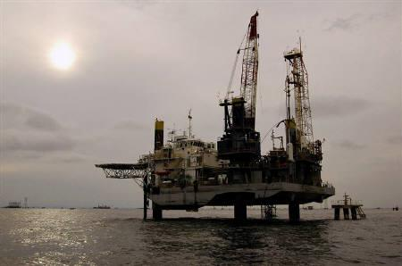 An oil facility is seen at Venezuela's western Maracaibo lake November 5, 2007. Oil plummeted below $96 a barrel on Wednesday as weekly U.S. data showed a larger than expected increase in crude inventories and falls in fuel demand. REUTERS/Isaac Urrutia/Files