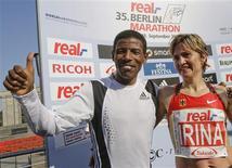 <p>O corredor da Etiópia Haile Gebrselassie, e a alemã Irina Mikitenko, posam para fotos depois de maratona em Berlim, no dia 28 de setembro. Londres terá 1a meia-maratona movida a música ao vivo REUTERS/Tobias Schwarz (GERMANY) (Newscom TagID: rtrphotosthree726025) [Photo via Newscom]</p>