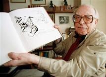 <p>Foto de archivo del caricaturista soviético Boris Yefimov junto con algunos de sus dibujos, 28 mayo 1997. REUTERS/Dima Korotayev</p>