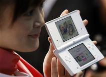 <p>Dotée d'un appareil photo, d'un baladeur audio et d'un écran plus grand que le modèle actuel, la nouvelle console portable DS de Nintendo sera commercialisée à partir du 1er novembre au Japon, au prix de 18.900 yens (130 euros). /Photo prise le 2 octobre 2008/REUTERS/Kim Kyung-Hoon</p>