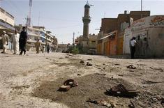 <p>Сандали жертв взрыва разбросаны на земле после атак экстремистов на мечети в восточной части Багдада, 2 октября 2008 года Как минимум 12 человек погибли и 31 получил ранения в результате атак экстремистов-смертников на две мечети иракской столицы. REUTERS/Atef Hassan(IRAQ)</p>