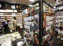 """<p>Affiche publicitaire pour le jeu vedette de Take-Two Interactive Software """"Grand Theft Auto IV"""" dans un magasin de jeux vidéo new-yorkais. L'éditeur de jeux vidéo américain, cible il y a quelques semaines d'une tentative vaine de rachat de son concurrent Electronic Arts, est décidé à conserver son indépendance. /Photo prise le 28 avril 2008/REUTERS/Shannon Stapleton</p>"""