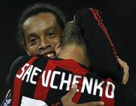 <p>O atacante Andriy Shevchenko comemora gol marcado com o meia Ronaldinho Gaúcho. O Milan derrotou o Zurich, da Suíça, por 1 x 0, fora de casa, e se classificou para a fase de grupos da Copa da Uefa. 2 de outubro.REUTERS/Christian Hartmann</p>
