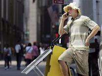<p>Un uomo parla al cellulare accanto a un pannello solare per ricaricare dispositivi elettronici all'esterno di un negozio specializzato a New York. REUTERS/Shannon Stapleton</p>