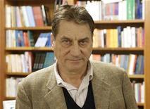 <p>Foto de archivo del periodista y escritor italiano Claudio Magris en Trieste, 11 nov 2005. El ganador del Premio Nobel de Literatura será conocido el 9 de octubre, dijeron el viernes los encargados de la premiación. Las expectativas de la agencia británica Ladbrokes le otorga la delantera al académico y periodista italiano Claudio Magris con probabilidades de 3 a 1, seguido por el israelí Amos Oz y la estadounidense Joyce Carol Oates. REUTERS/Damjan Balbi</p>