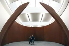 <p>La escultura 'TTI London' del artista Richard Serra en exhibición en la galeria Gagosian de Londres, 3 oct 2008. REUTERS/Alessia Pierdomenico</p>