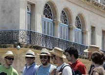 <p>Foto de archivo de turistas mientras caminan por una calle de Habana Vieja, 9 abr 2008. La industria turística cubana se está preparando para tener una buena temporada alta, pese a dos devastadores huracanes que azotaron a la isla y la inseguridad económica mundial, dijeron el lunes directivos de empresas extranjeras del sector. REUTERS/Enrique De La Osa (CUBA)</p>