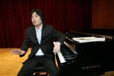 """<p>Foto de archivo de Cheol Woong Kim, pianista que desertó de Corea del Norte, en una entrevista con Reuters en Seúl, 13 mar 2006. Kim que desertó de Corea del Norte interpretó el lunes """"Amazing Grace"""" en el Departamento de Estado estadounidense en un recital, diseñado para dramatizar los abusos a los derechos humanos en la nación asiática sin afectar las delicadas negociaciones nucleares. REUTERS/Kim Kyung-Hoon</p>"""