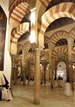 <p>Foto de archivo de penitentes al interior de la mezquita de Córdoba, España, 2 abr 2007. La casa Christie's de Londres vendió el martes cinco vigas de la mezquita de la ciudad española de Córdoba por algo más de 1,5 millones de euros, en una subasta que había sido cancelada en el 2006 tras surgir dudas sobre su legalidad. REUTERS/Javier Barbancho</p>