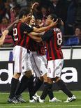 <p>Jogadores do Milan Kaká, Ambrosini e Ronaldinho comemoram gol. O heptacampeão europeu Milan caiu numa chave confortável no sorteio da Copa da Uefa. Seus adversários na primeira fase de grupos serão Heerenveen, Braga, Portsmouth e Wolfsburg. 28 de setembro.REUTERS/Tony Gentile</p>
