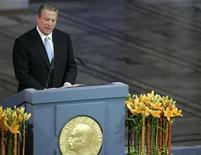 <p>Foto de archivo de Al Gore, ganador del premio Nobel de la Paz 2007, durante su discurso de aceptación del galardón en el salón de la ciudad de Oslo, 10 dic 2007. A continuación algunos datos sobre el Premio Nobel de la Paz, cuyo ganador se anunciará el 10 de octubre * El ganador de este año será seleccionado de un registro de cerca de 197 candidatos, 16 más que el año pasado y apenas un poco menor que el registro del 2005, que tuvo 199 nominados. * El premio del año pasado lo ganó el ex vicepresidente estadounidense Al Gore y el Panel Intergubernamental sobre Cambio Climático de la ONU, por crear conciencia sobre los riesgos del cambio climático. * La madre Teresa se negó a asistir a un banquete que se realiza tradicionalmente para los ganadores, cuando fue a buscar su premio en 1979. Dijo que el dinero se gastaría mejor ayudando a los pobres. El banquete fue cancelado. * El Comité Internacional de la Cruz Roja es el mayor ganador con premios en 1917, 1944 y 1963. Y el fundador de la Cruz Roja, el suizo Henri Dunant, compartió el primer premio en 1901. * Manifestantes lanzaron bolas de nieve al embajador estadounidense de Oslo, cuando fue a buscar el premio otorgado al secretario de Estado, Henry Kissinger, en 1973, por romper un fracasado acuerdo de paz para poner fin a la guerra de Vietnam. El líder norvietnamita Le Duc Tho rechazó recibir también el premio, el más controvertido en la historia del Premio Nobel de la Paz. * Entre los ex nominados se encuentra el dictador nazi Adolf Hitler y el dictador soviético Josef Stalin. * Hitler prohibió a los alemanes aceptar Premios Nobel, porque se disgustó cuando en 1935 el premio fue para el escritor pacifista anti nazi Carl von Ossietzky. La regla afectó a tres científicos alemanes galardonados en química y medicina a finales de 1930. * En el 2006, el premio fue otorgado al economista bangladesí Mohammad Yunus y al Banco Grameen que él fundó para ayudar a millones a salir de la pobreza concediendo pequeños préstamos
