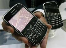 <p>Du fait de la plongée récente du cours de son action, Research In Motion, le concepteur du Blackberry, serait une proie tentante pour un acheteur tel que Microsoft, estiment des analystes. /Photo prise le 15 juillet 2008/REUTERS/Mike Cassese</p>