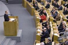 <p>Владимир Путин отвечает на вопросы депутатов в Госдуме в Москве, 8 мая 2008 года Нижняя палата российского парламента практически без обсуждения приняла законы о поддержке финансовой системы РФ и поправки в закон о Центральном банке, дающие властям право выделить банкам и компаниям в общей сложности $90 миллиардов из и без того стремительно тающих государственных резервов. REUTERS/Sergei Karpukhin (RUSSIA)</p>