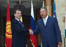 <p>Президент России Дмитрий Медведев и его киргизский коллега обмениваются рукопожатиями на саммите в Бишкеке, 10 октября 2008 года Президент РФ Дмитрий Медведев не видит необходимости в принятии в стране новых антикризисных мер. REUTERS/Vladimir Pirogov (KYRGYZSTAN)</p>
