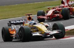 <p>Piloto da Renault Fernando Alonso e brasileiro Felipe Massa durante treino livre para o GP do Japão de F1, em Fuji. REUTERS/Issei Kato</p>