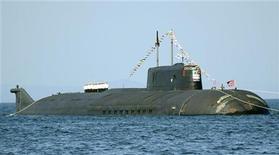 <p>Экипаж российской атомной подводной лодки построен на палубе в честь празднования Дня ВМФ во Владивостоке 25 июля 2008 года. Россия в субботу провела первый испытательный запуск стратегической ракеты, которая достигла экватора в Тихом океане, сообщил представитель военно-морского флота. REUTERS/Yuri Maltsev (RUSSIA)</p>