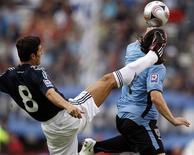 <p>O argentino Javier Zanetti chuta a bola próximo a Cristian Rodriguez durante jogos classificatóiros para a Copa de 2010, no dia 11 de outubro. A imprensa uruguaia lamentou neste domingo o fraco desempenho de sua seleção em um encontro clássico marcado por faltas em que seu país perdeu para a Argentina em partida válida pela eliminatória sul-americana para a Copa de 2010. REUTERS/Enrique Marcarian (ARGENTINA)</p>