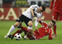 <p>A Alemanha manteve o primeiro lugar do Grupo 4 da eliminatória para a Copa do Mundo ao vencer a Rússia neste sábado por 2 x 1, com gols de Lukas Podolski e Michael Ballack no primeiro tempo de partida. REUTERS/Ina Fassbender (GERMANY)</p>