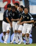 <p>jogadores da Argentina em partida contra o Uruguai, no dia 11 de outubro. A Argentina venceu o Uruguai por 2 x 1 em uma partida cheia de faltas pela eliminatória da Copa, no sábado, e colocou um ponto final numa série de empates consecutivos, enquanto o líder do grupo da América do Sul, o Paraguai, bateu a Colômbia por 1 x 0 REUTERS/Enrique Marcarian (ARGENTINA)</p>
