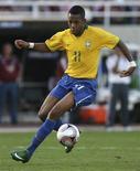 <p>O jogador brasileiro Robinho controla a bola em jogo contra a Venezuela, dia 12 de outubro. Dois gols em menos de 10 minutos abriram caminho para a goleada brasileira por 4 x 0 sobre a Venezuela, neste domingo, em San Cristóbal, resultado que levou o Brasil de volta à vice-liderança das eliminatórias sul-americanas para a Copa do Mundo de 2010. REUTERS/Juan Carlos Hernandez (VENEZUELA)</p>