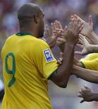 <p>Atacante Adriano comemora gol com os jogadores reservas na vitória de 4 x 0 do Brasil sobre a Venezuela, no domingo, em San Critstóbal. REUTERS/Jorge Silva</p>