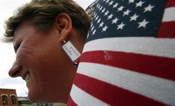 """<p>Una partidaria del candidato presidencial Barack Obama muestra sus aretes personalizadas en un evento de campaña en Ohio 13 oct 2008. Una monja de 106 años, que se convirtió en una celebridad después de aparecer en televisión, diciendo que votaba a Barack Obama, está """"asustada y angustiada"""" por toda la atención hacia ella, dijo el lunes su órden. REUTERS/Jim Young (EEUU)</p>"""