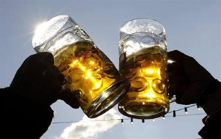 10月14日、米研究チームがアルコールは飲むほどに脳が縮小すると発表。写真は、9月にミュンヘンで開かれたビール祭り(2008年 ロイター/Kai Pfaffenbach)
