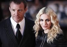 """<p>El director Guy Ritchie y su esposa, Madonna, asisten al estreno mundial de """"RocknRolla"""" en el cine Odeon en Londres 1 sep 2008. La especulación sobre un posible divorcio entre la cantante de pop estadounidense Madonna y su marido, Guy Ritchie, aumentó el miércoles después de que un reporte publicado en un diario británico señaló que la pareja anunciaría la separación """"inminentemente"""". REUTERS/Stephen Hird (GRAN BRETANA)</p>"""